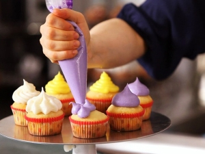 Gathering_Frosting_Cake